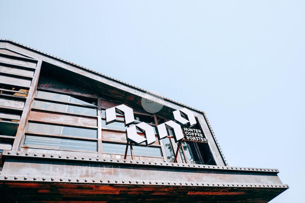 NANA Hunter Coffee Roasters ร้านกาแฟและโรงคั่วเมล็ดกาแฟสุดชิค ย่านตลิ่งชัน ถ.พรานนก-พุทธมณฑลสาย 4 ร้านกาแฟนานา บรรยากาศนอกร้าน outdoor