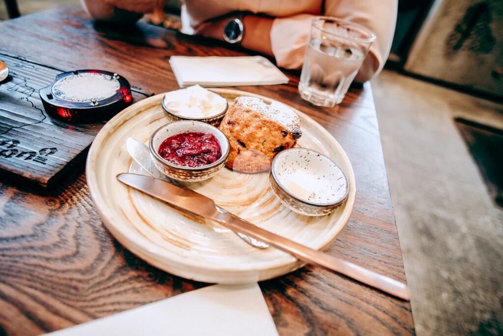 NANA Hunter Coffee Roasters ร้านกาแฟและโรงคั่วเมล็ดกาแฟสุดชิค ย่านตลิ่งชัน ถ.พรานนก-พุทธมณฑลสาย 4 ร้านกาแฟนานา ขนมหวาน scone