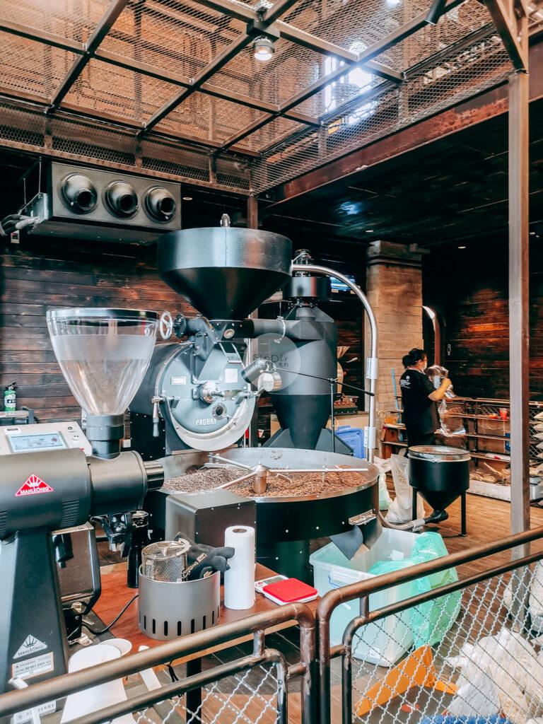 NANA Hunter Coffee Roasters ร้านกาแฟและโรงคั่วเมล็ดกาแฟสุดชิค ย่านตลิ่งชัน ถ.พรานนก-พุทธมณฑลสาย 4 ร้านกาแฟนานา บรรยากาศในร้าน เครื่องคั่วกาแฟ coffee roaster