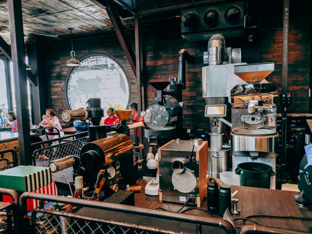 NANA Hunter Coffee Roasters ร้านกาแฟและโรงคั่วเมล็ดกาแฟสุดชิค ย่านตลิ่งชัน ถ.พรานนก-พุทธมณฑลสาย 4 ร้านกาแฟนานา บรรยากาศในร้าน เครื่องคั่วกาแฟ